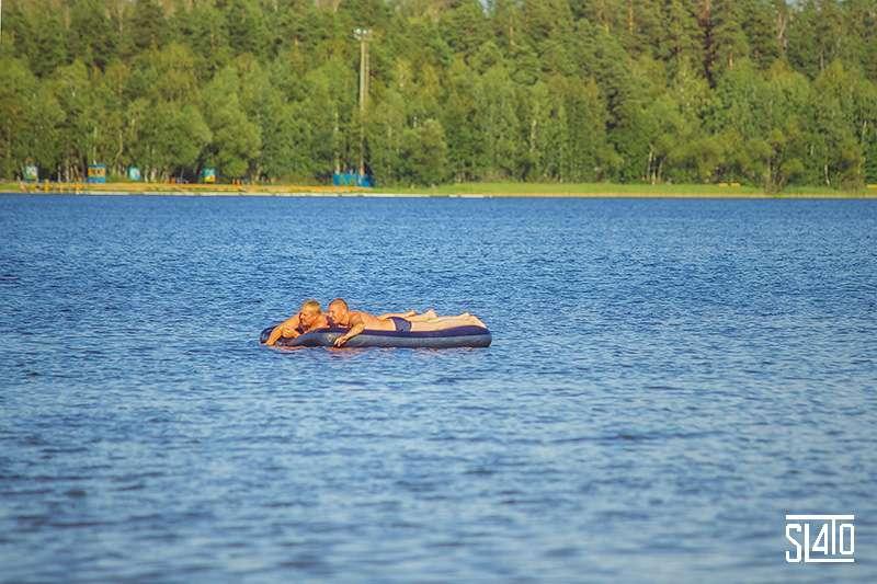На матрасе по озеру