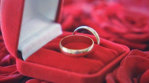 Свадебные кольца в коробочке на розах