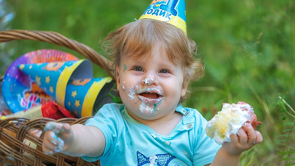 ребенок измазался тортом